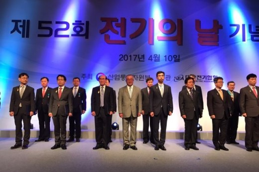 大韓民国大統領賞を受賞した高橋健彦教授